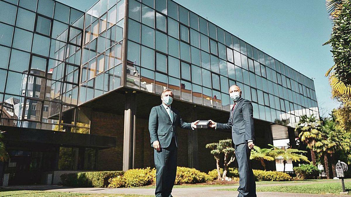 Botas y Regades, ante el complejo de oficinas de López Mora, que se convertirá en centro de negocios.