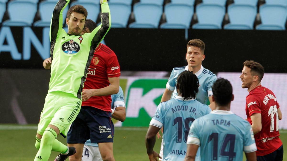 Ivñan Villar detiene el balón en un lance de juego del choque de esta tarde.