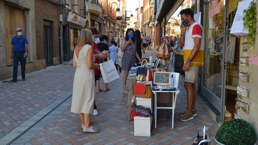 Una decena de comercios de Benavente salen de sus locales para dar visibilidad a sus productos