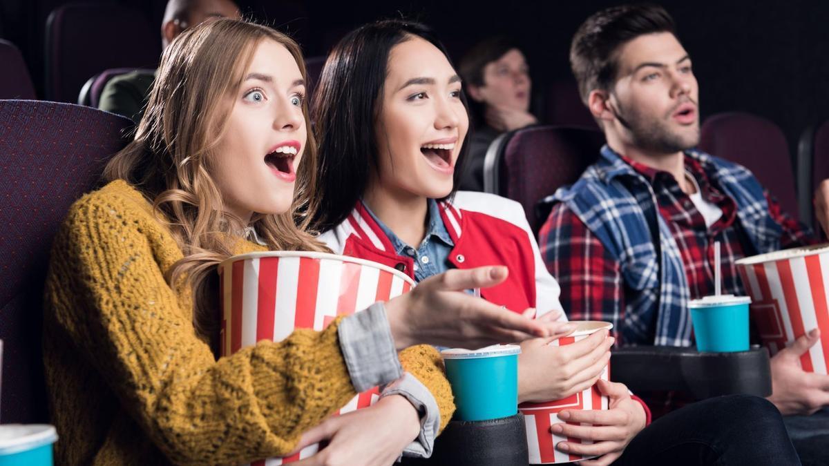 """""""A los espectadores completamente vacunados ya no se les exigirá llevar mascarillas en los cines de AMC"""""""