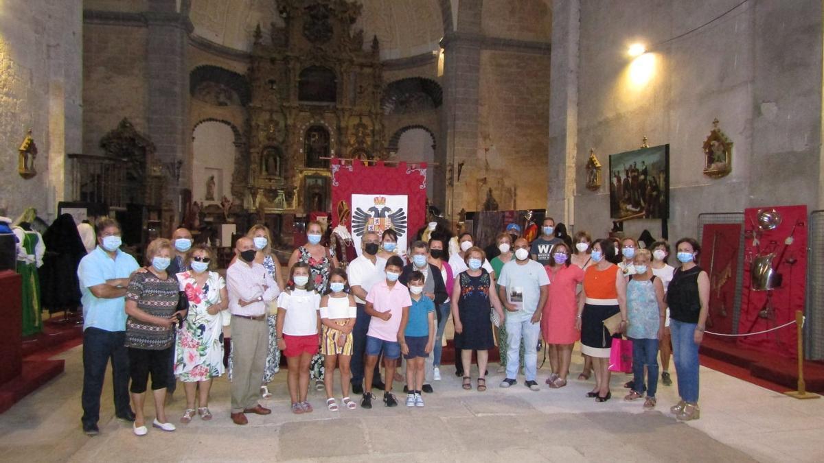Asistentes a la inauguración de la exposición en la iglesia de Santa María de Fuentesaúco