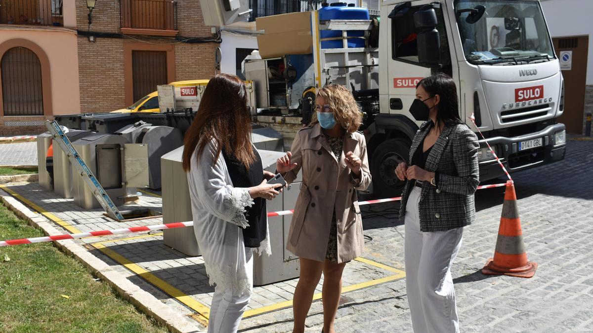 El Ayuntamiento de Puente Genil ha iniciado ya la renovación de los buzones de los contenedores soterrados.