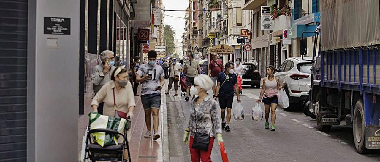 Vecinos transitando por el centro de Santa Pola