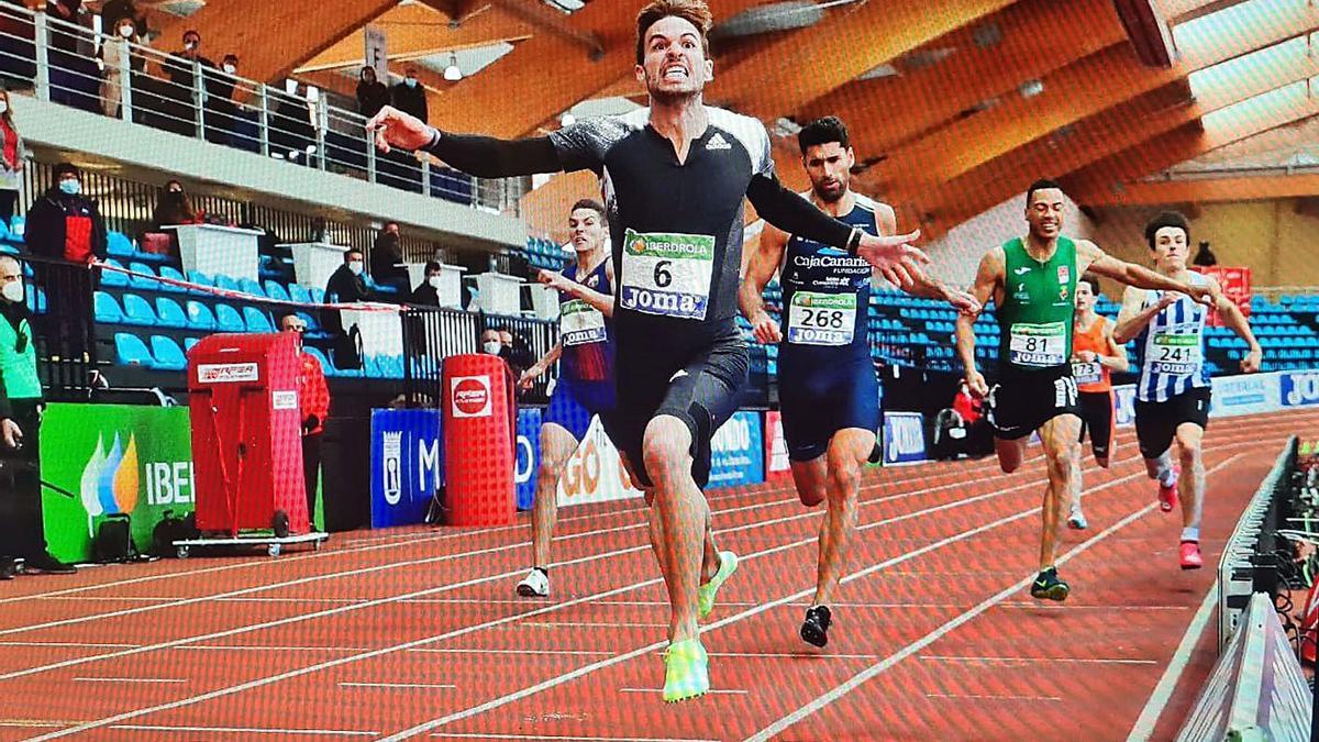 Imagen del desenlace de la prueba de 400 metros, con Samuel García por detrás de Óscar Husillos.