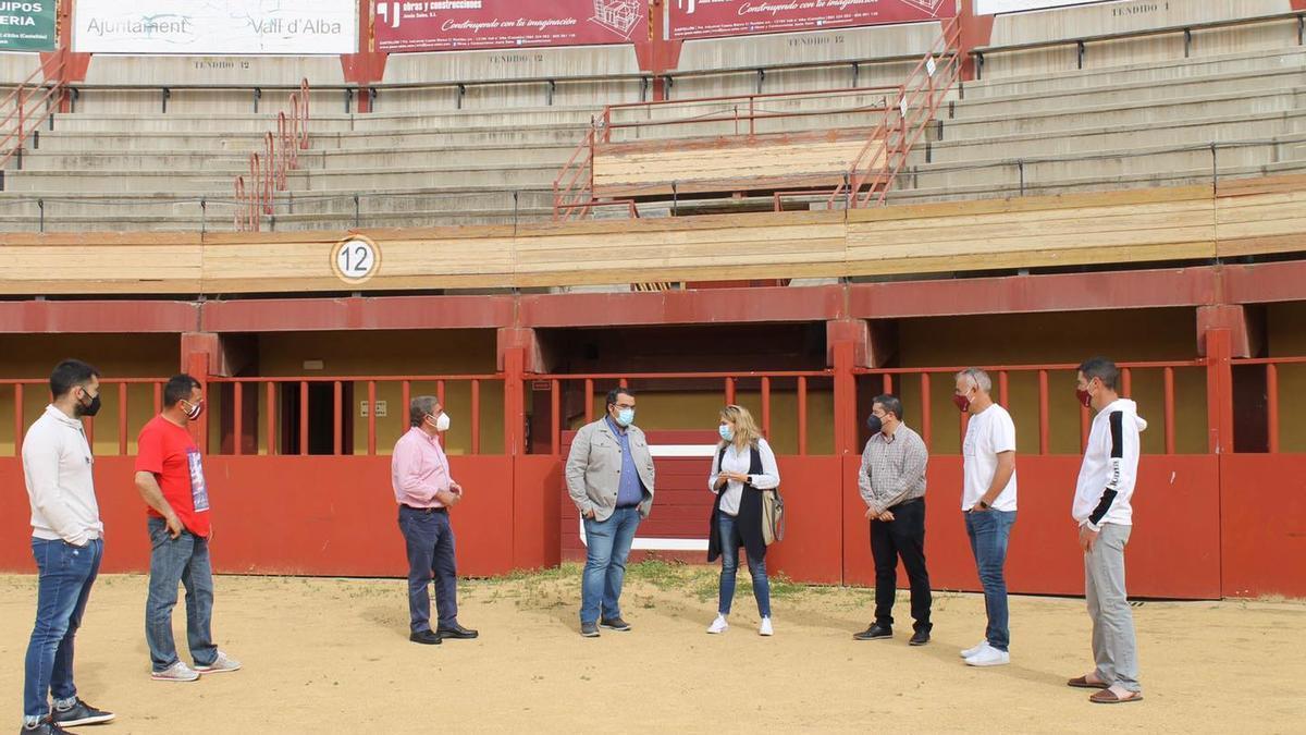 La alcaldesa de Vall d'Alba, Marta Barrachina, mostró la plaza de toros a los organizadores de la cita taurina.
