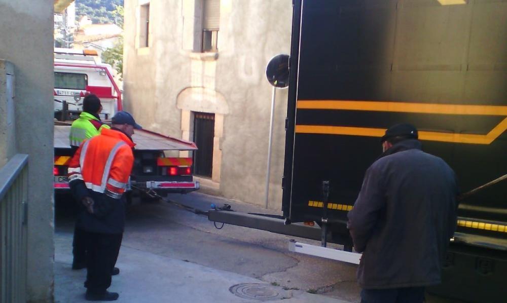 Un camió s'enganxa al centre de Cantallops