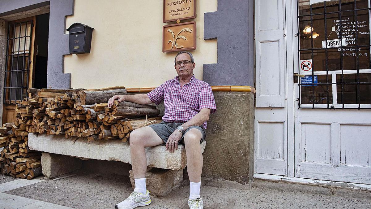 Josep Maria Dalmau, fa uns dies a l'exterior del forn de pa de Rupià. | DAVID APARICIO