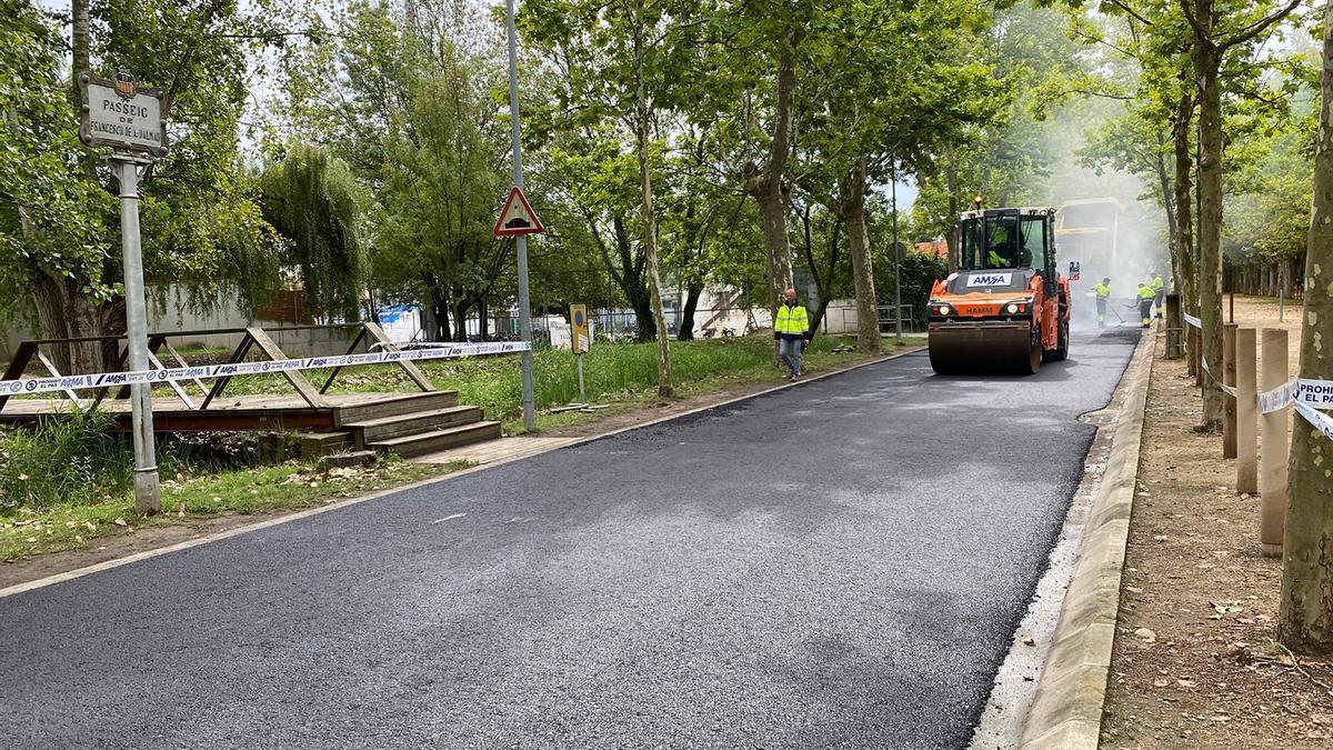 Els treballs d'asfaltatge que s'estan fent al passeig Dalmau de Banyoles, on es reutilitzen plàstics