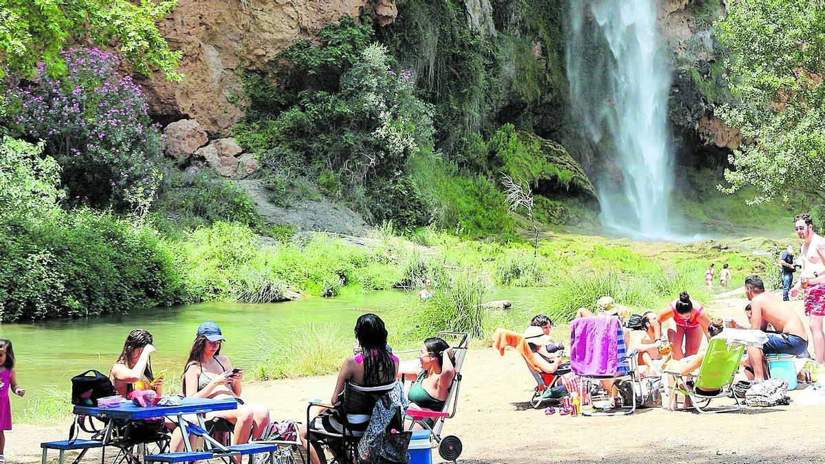 Comida y baño refrescante en el Salto de la Novia de Navajas, un buen plan con amigos o familia para el fin de semana.
