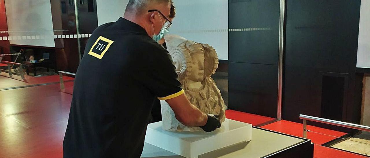 Instalación de la réplica de la Dama, ayer, en el Museo de Arqueología y de Historia de Elche.