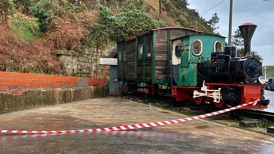 """Ultiman la reparación del muro junto a la locomotora """"Rojillín"""""""
