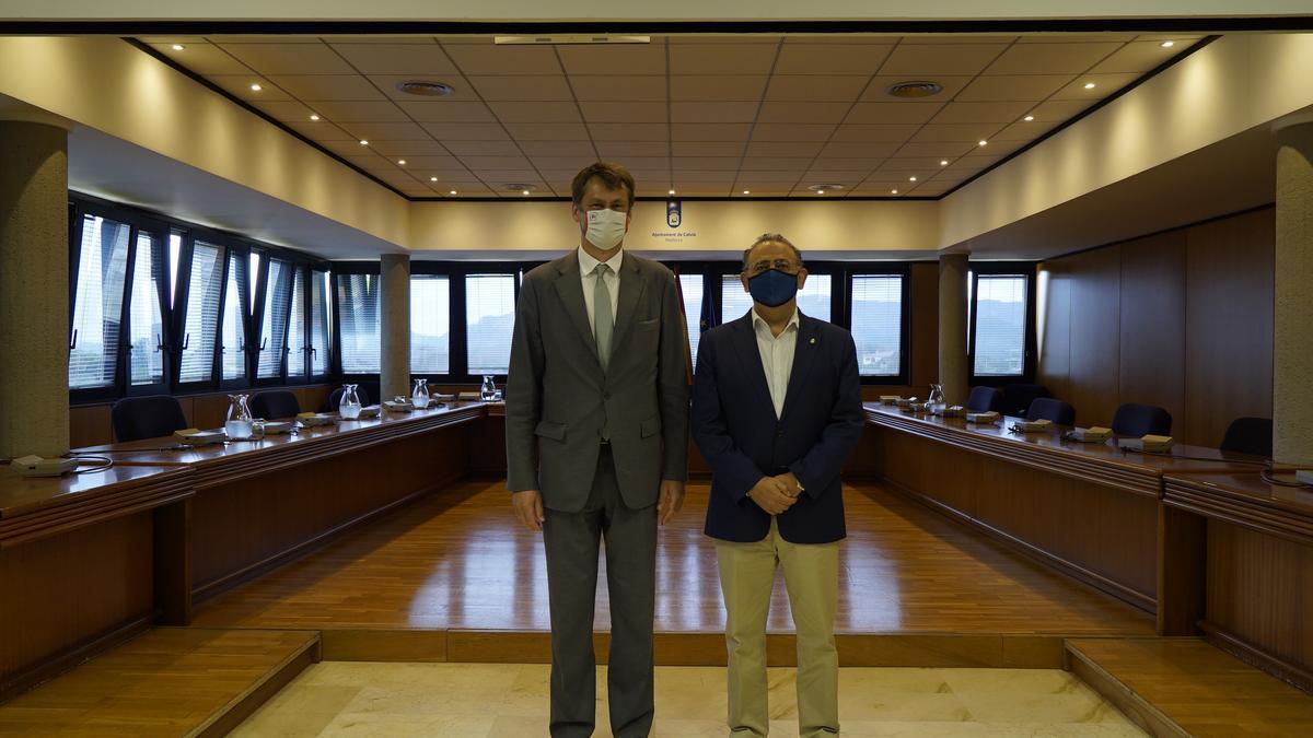 El embajador del Reino Unido y el alcalde de Calvià, hoy en el Ayuntamiento.