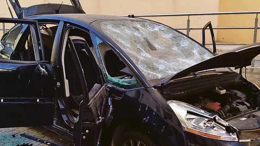 Destruye a golpes su propio coche en Palma