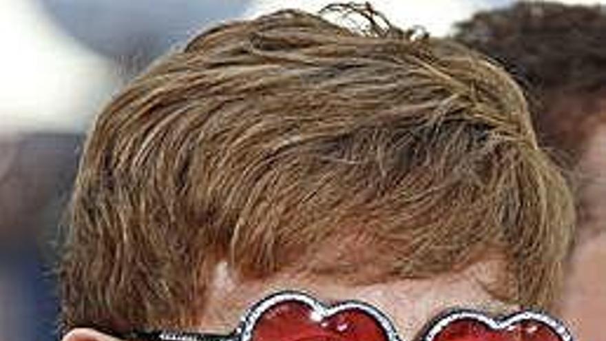 Elton John suspende entre lágrimas un concierto tras quedarse sin voz