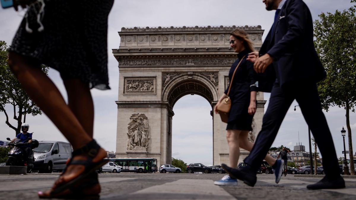 Persones sense mascareta a París