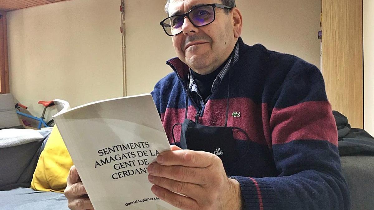 Gabriel Lupiàñez, de Prats, amb el seu llibre «Sentiments amagats de la gent de Cerdanya»