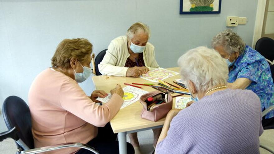 Eliminen les limitacions de nombre de persones i de durada a les visites i sortides de les residències