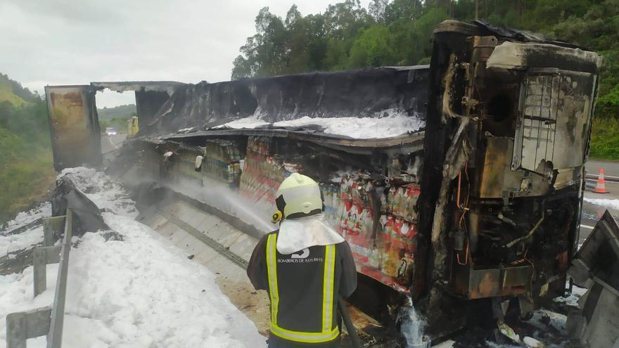 Se quema el remolque de un camión que transportaba leche al volcar en Llovio (Ribadesella)