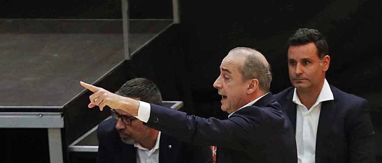 Vidorreta da indicaciones en un momento del partido de Valencia. | | E.FE
