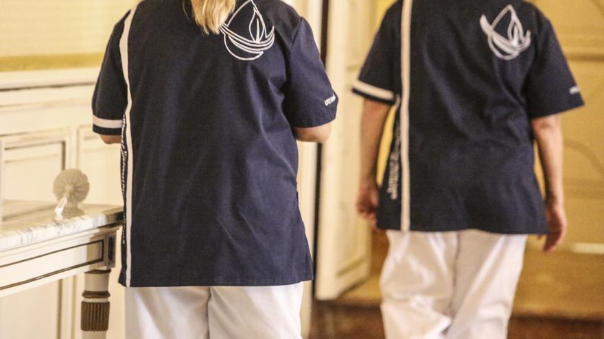 El nuevo contrato de limpieza de colegios enfrenta a los trabajadores y al bipartito
