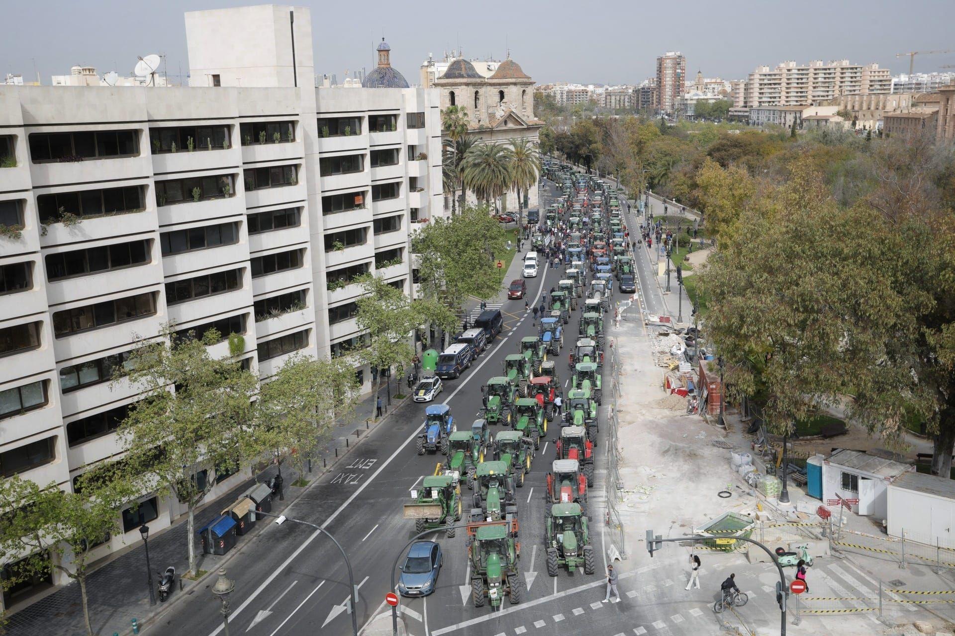 Tractorada de arroceros por el centro de València