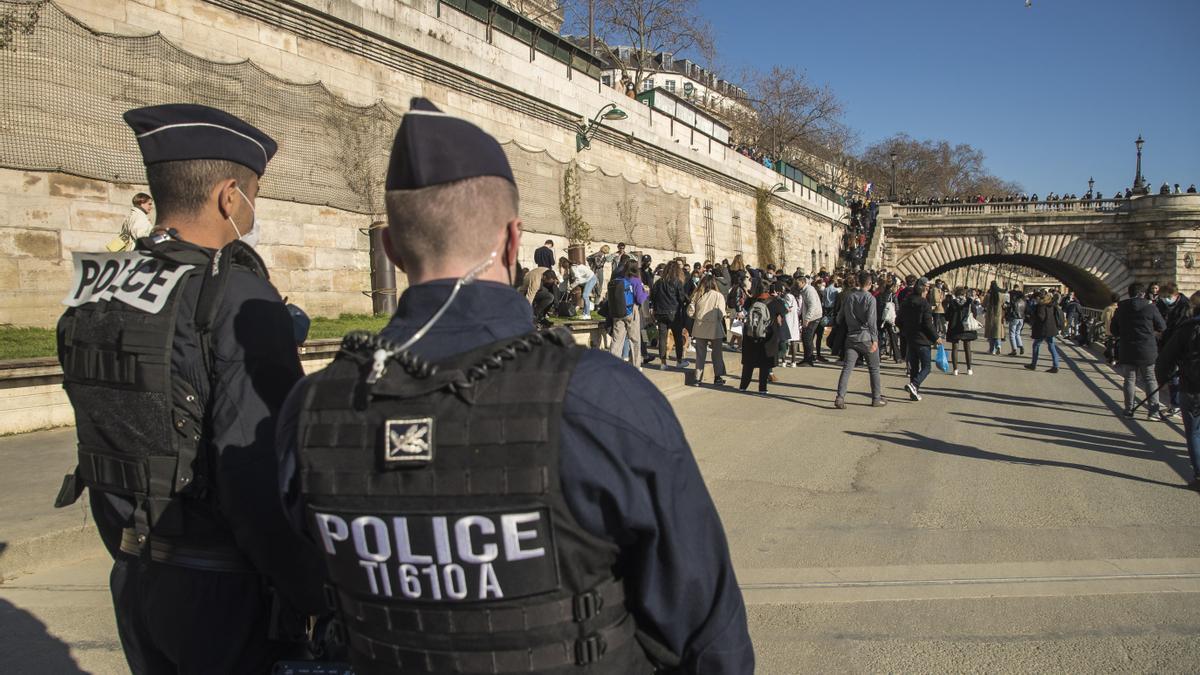 Agentes franceses desalojan una orilla del Sena por aglomeraciones.