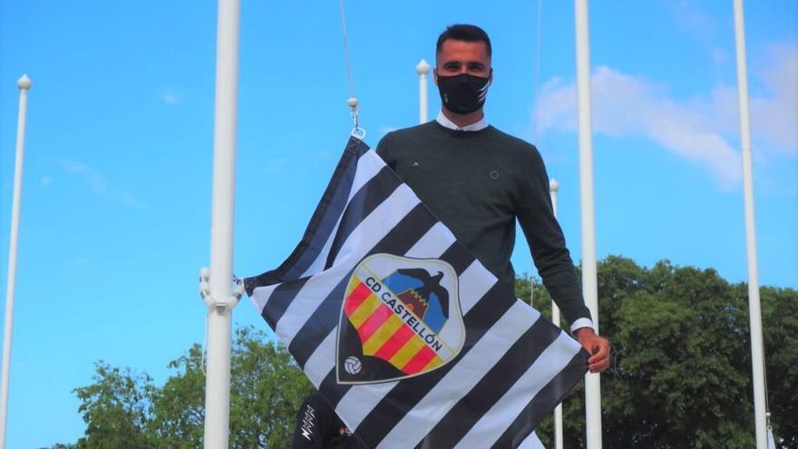 David Cubillas iza la bandera del Castellón delante del ministro de Deportes