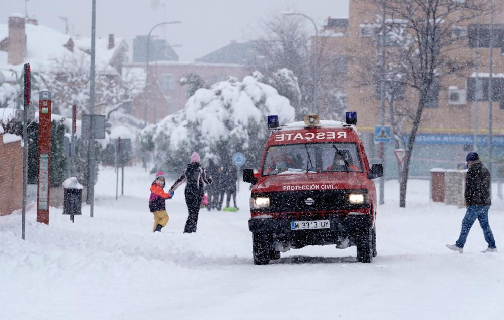 La Comunidad de Madrid ha despertado este sábado cubierta con una espesa manta de nieve que impide la movilidad en la región donde el aeropuerto de Barajas ha tenido que suspender su actividad.