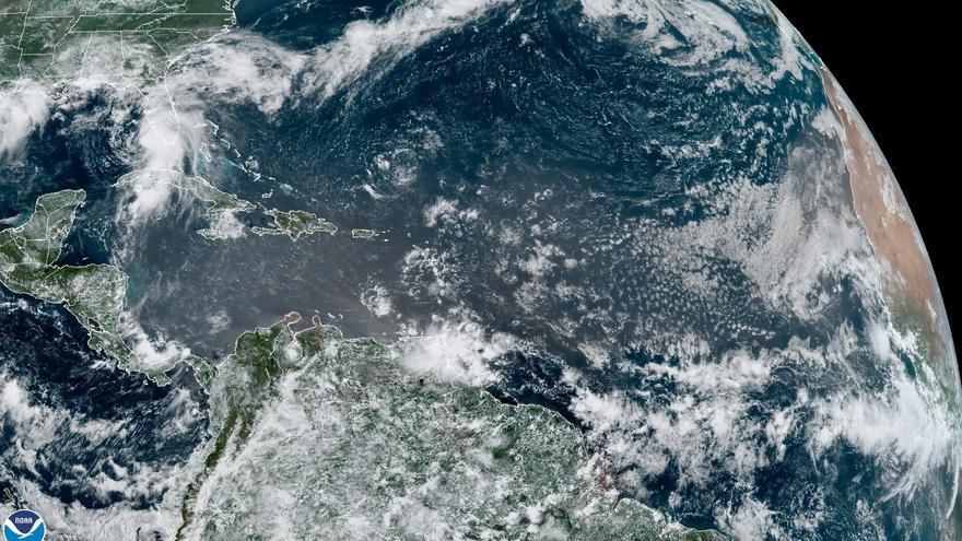 Elsa se fortalece y vuelve a ser un huracán mientras se acerca a Florida