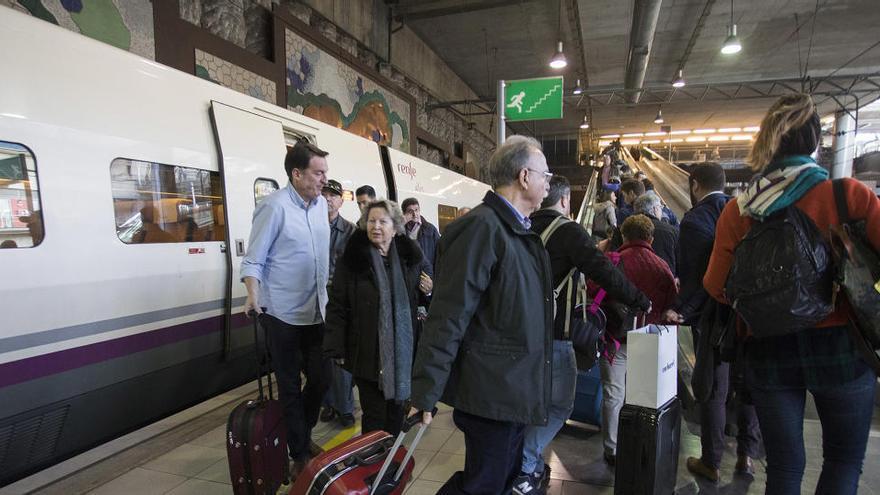 El número de usuarios de transporte público se reduce a la mitad en lo que va de año
