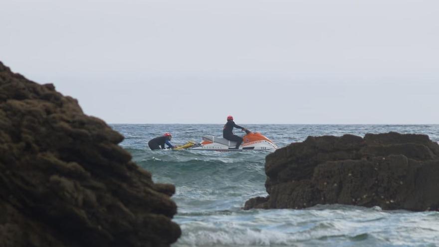 Rescatan a dos mujeres en apuros por el viento cuando practicaban paddle surf en Tapia