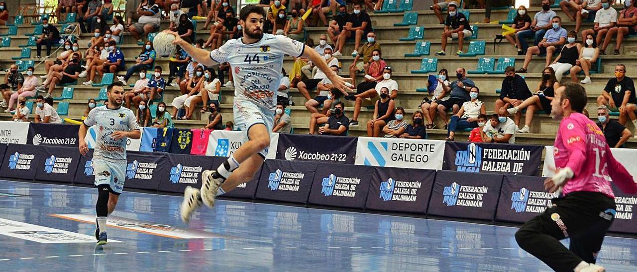 Santi López en una acción de contragolpe en la final de la Supercopa Galicia.    // GONZALO NÚÑEZ