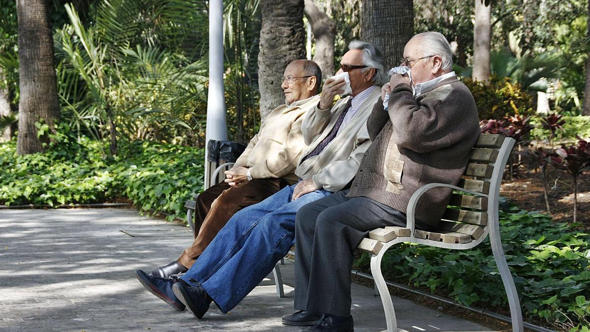 Tres personas mayores descansan en un banco. | L.O.