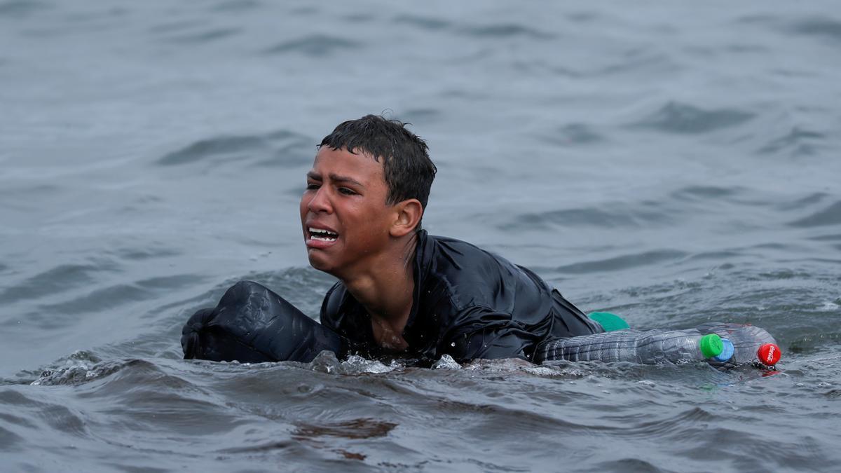 Un menor entrando a nado a Ceuta.