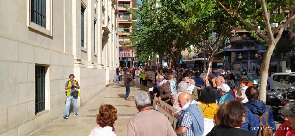 Los pensionistas alicantinos piden la dimisión del Gobernador del Banco de España