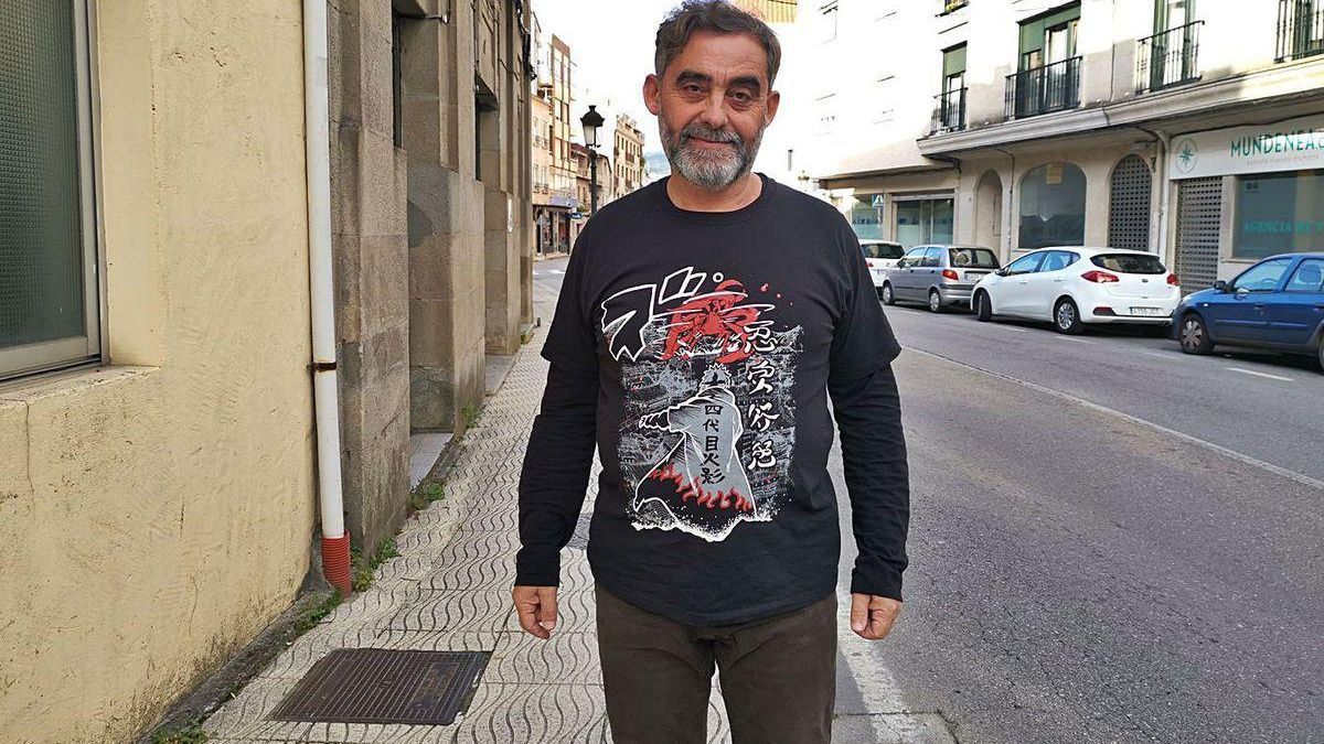 El agente Bieito Pérez, ayer por la tarde, en la céntrica calle Ramón Cabanillas de Moaña.