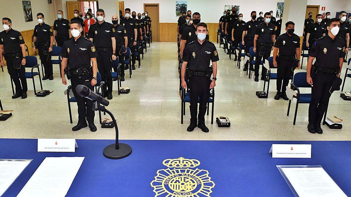 Los agentes de la Policía Nacional en prácticas, ayer, en Lonzas. |   // VÍCTOR ECHAVE