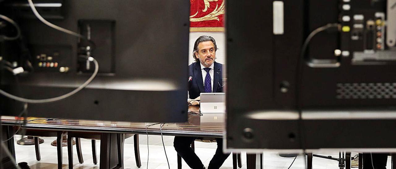 Gustavo Matos, presidente del Parlamento de Canarias, durante una comisión por vía telemática. | | CRISTÓBAL GARCÍA / EFE