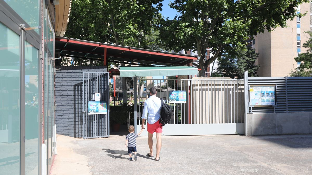 Entrada de la piscina de 'El Huevo', en Zaragoza.