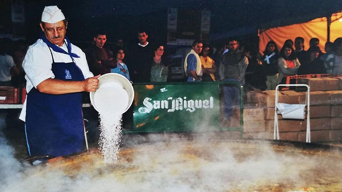 José Becerra preparó la primera  paella gigante de la fiesta de  Cortegada hace 21 años.