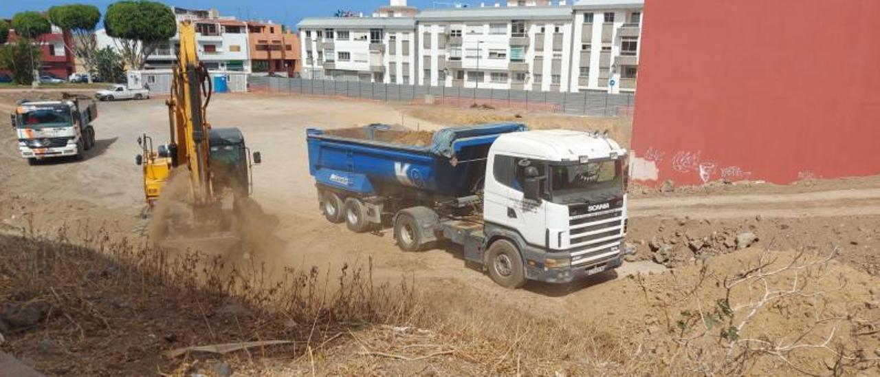 Excavadora y camión trabajando en la parcela de Lidl. | | LP/DLP