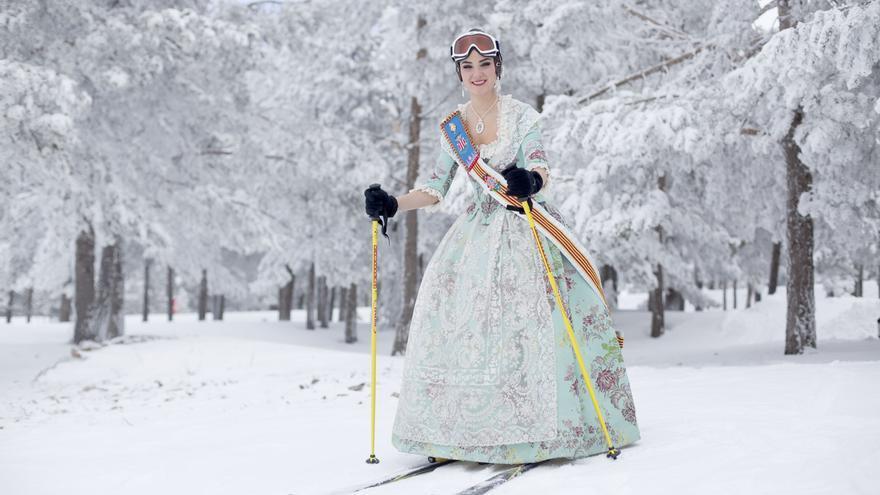 Dos falleras en la nieve para el Extra de Fallas de Levante-EMV