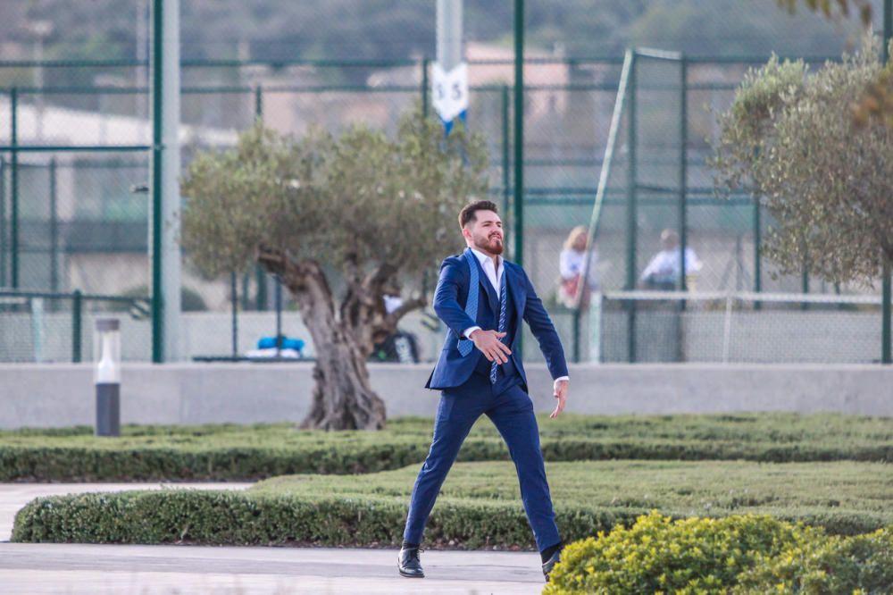 Un invitado bromea en la Academia antes de salir hacia la boda.