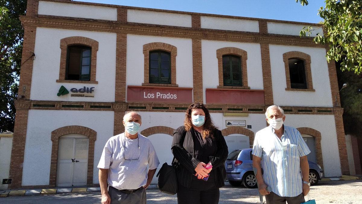 El presidente vecinal Salvador Medina con Josefa Díaz y Lorenzo Márquez, la semana pasada junto a la estación de tren de Los Prados, que la asociación de vecinos quiere convertir en biblioteca y consultorio médico, una vez pase al Ayuntamiento.