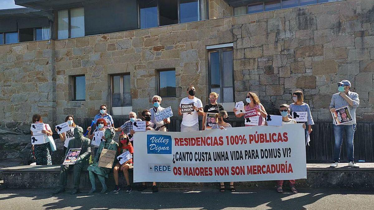 Un momento de la marcha de ayer de los familiares de los residentes en el geriátrico.