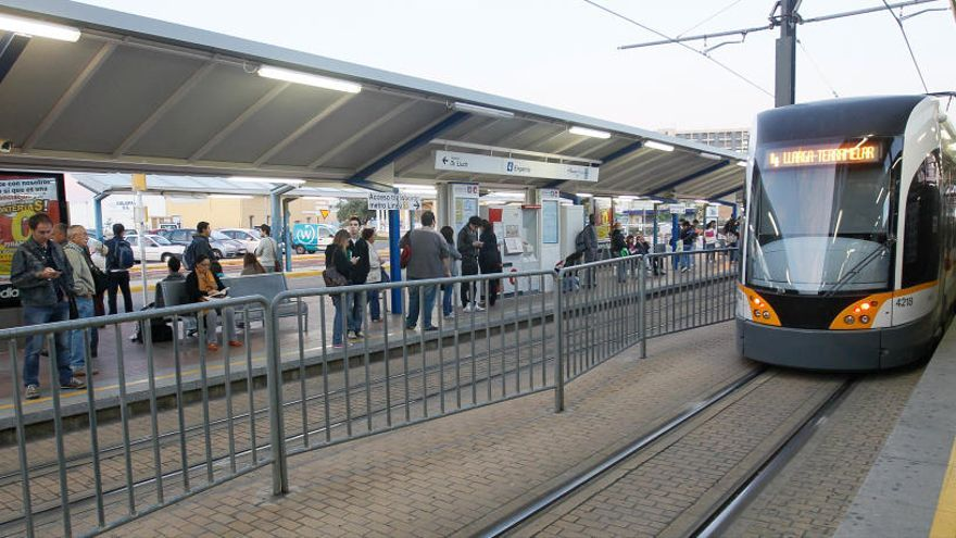 Un fallo en una catenaria interrumpe la circulación del metro en la línea 4