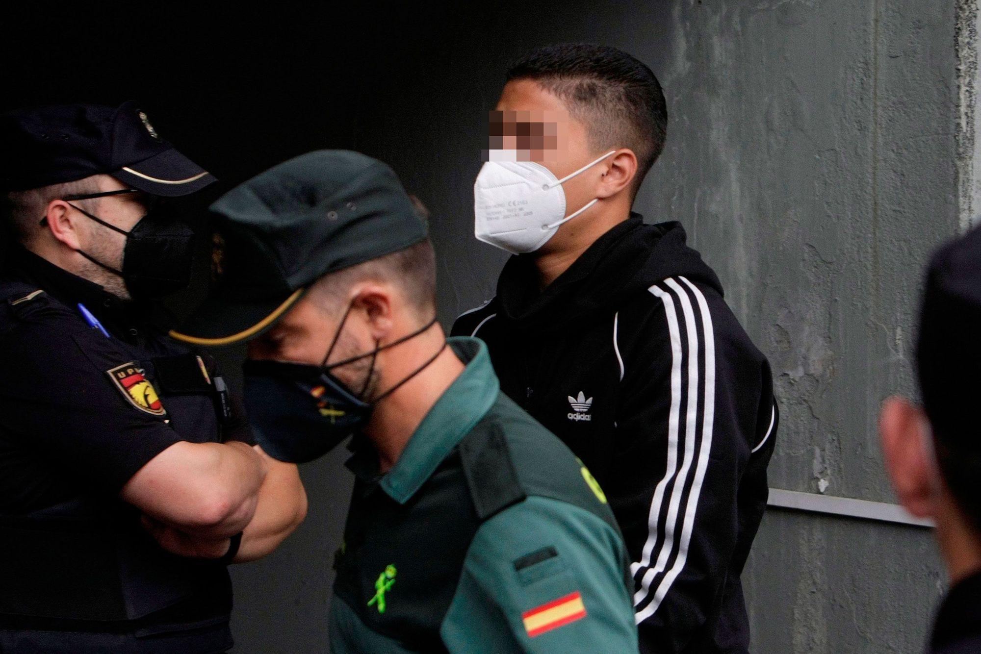"""Los cuatro detenidos mayores de edad por el crimen de Samuel abandonan los juzgados entre gritos de """"asesinos"""""""