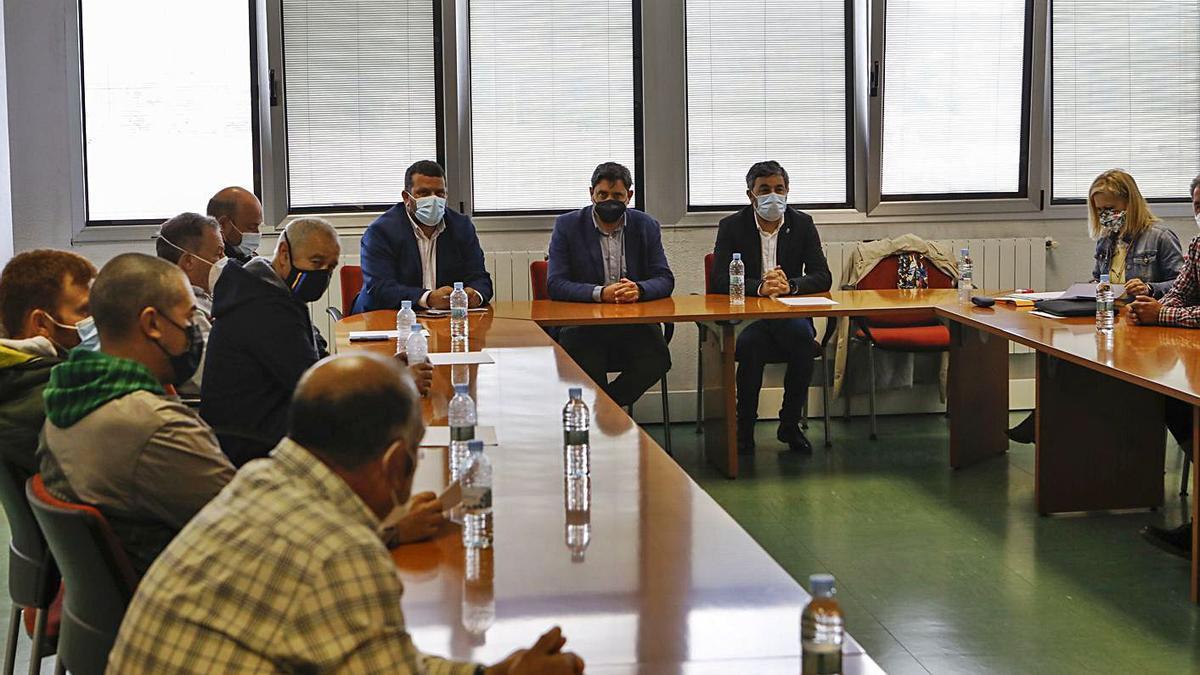 Al fondo, Adolfo García Méndez, presidente de la Federación de Cofradías de Pescadores de Asturias; Francisco González y Alejandro Calvo, reunidos ayer con los patrones mayores de los puertos asturianos.   Marcos León