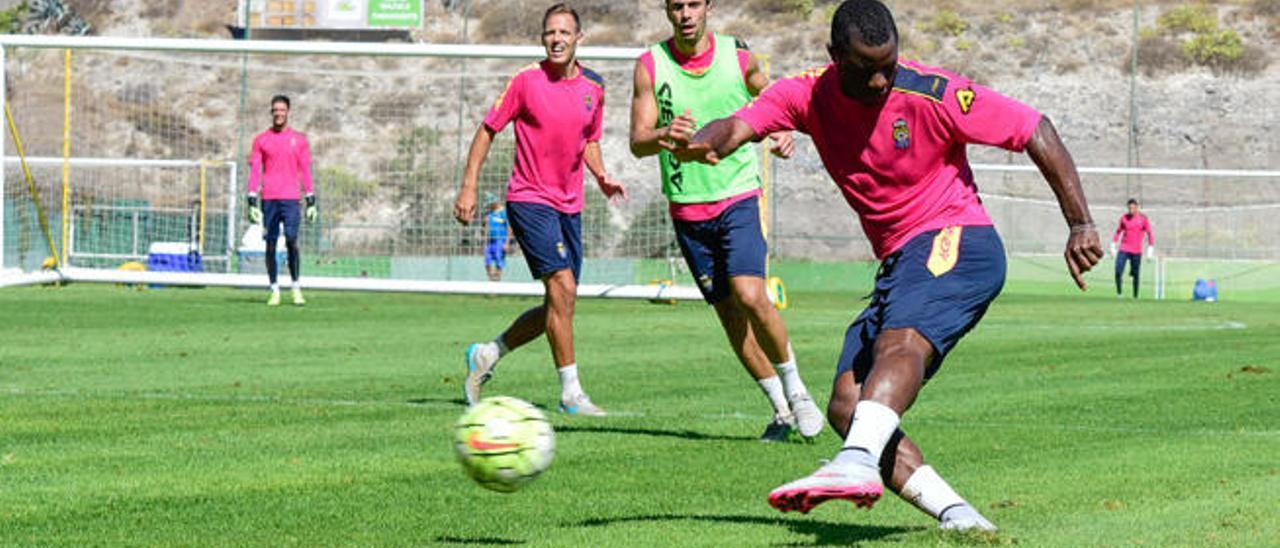 Wakaso, jugador de la UD, remata en el entrenamiento de ayer ante la mirada de Dani Castellano y Hernán.