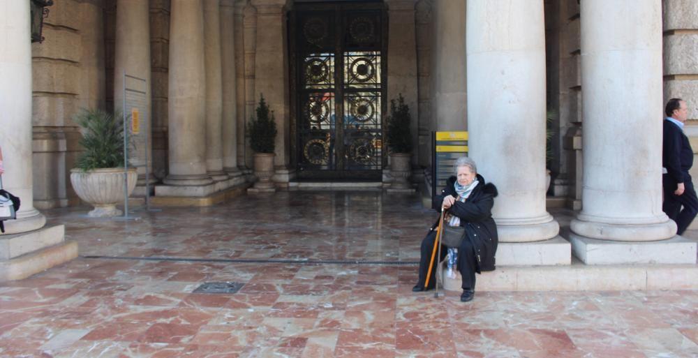 """La matricarca de Peñarroja, esperando que su hijo y su nieto acaben los """"rendez-vous""""."""